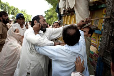 Pakistani flood survivors fight over relief goods